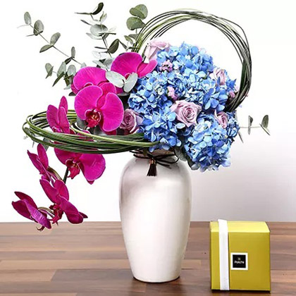 Special Rose and Hydrangea Vase With Chocolates
